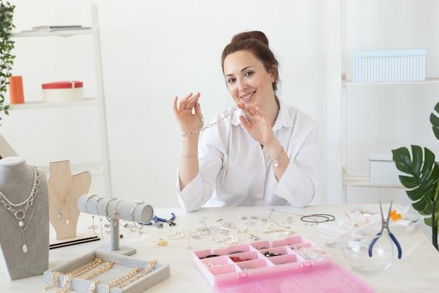Designer profissional de acessórios fazendo joias feitas à mão