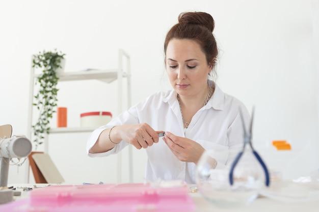 Designer profissional de acessórios fazendo oficina de joias artesanais criatividade de moda