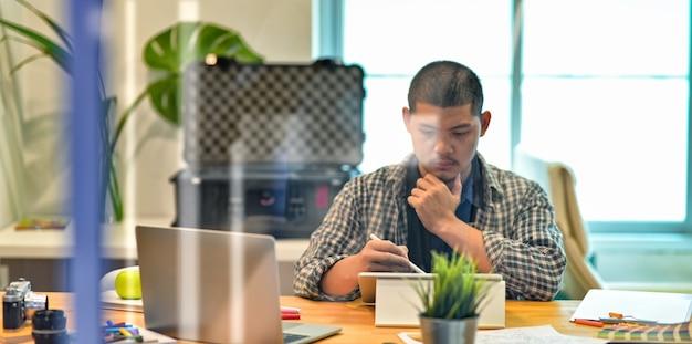 Designer profissional masculino, planejando seu projeto