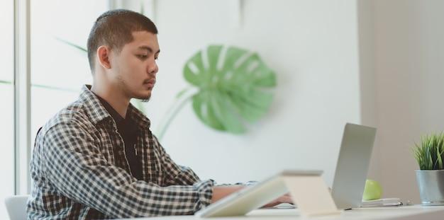 Designer profissional masculino, trabalhando em seu projeto