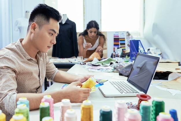 Designer trabalhando com cores