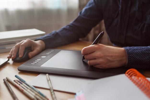 Designer trabalhando com um tablet