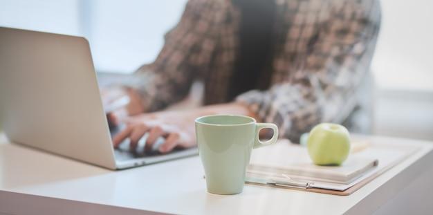 Designer trabalhando em seu projeto enquanto estiver digitando no laptop