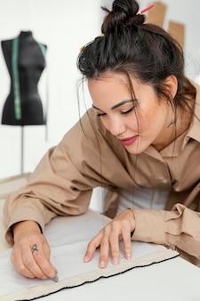 Designer trabalhando em sua oficina sozinha