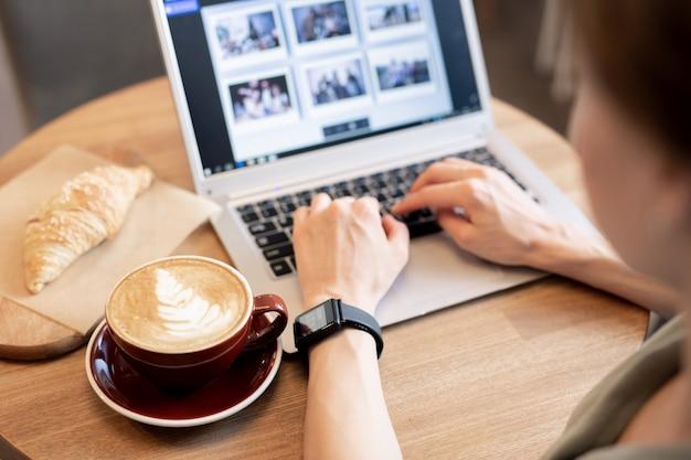 Designer trabalhando por xícara de café