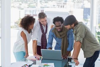 Designers criativos trabalhando em um laptop