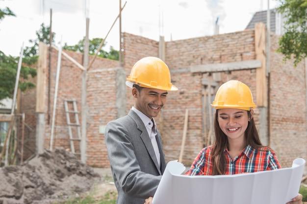Designers de construção de casas femininas e masculinas