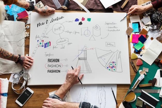 Designers de moda de desenho, trabalhando em um estúdio