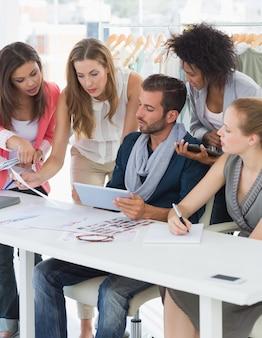 Designers de moda discutindo desenhos