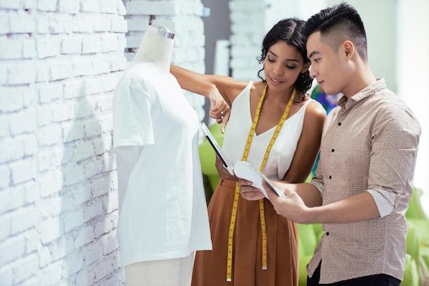 Designers de moda trabalhando em nova coleção