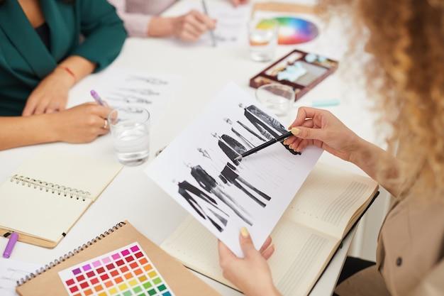 Designers de moda, trabalhando juntos high anlge