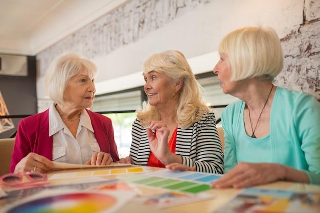 Designers de moda. três estilistas discutindo um novo projeto