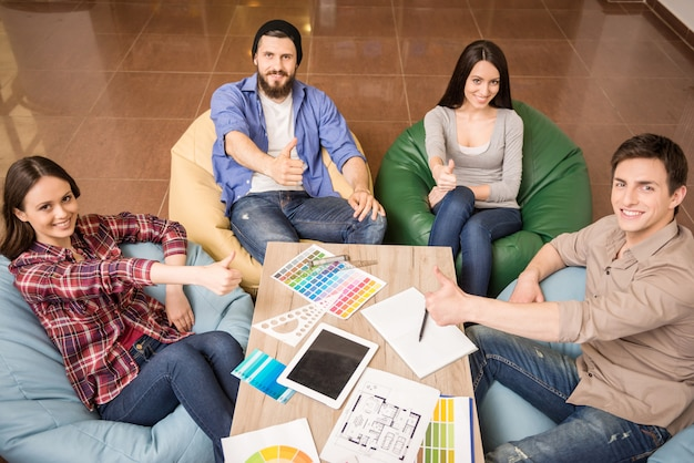 Designers estão sentados à mesa