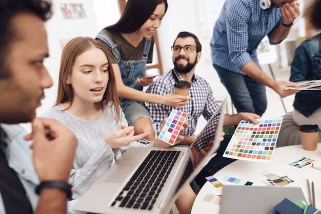 Designers fazem brainstorming no escritório criativo.
