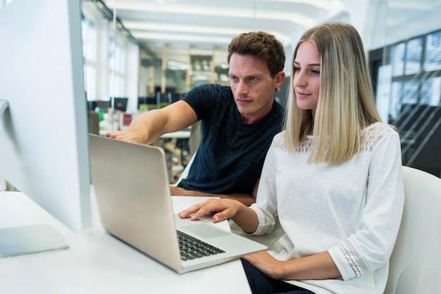 Designers gráficos masculinos e femininos que interagem uns com os outros