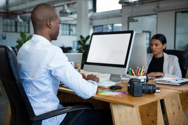 Designers gráficos que trabalham na mesa