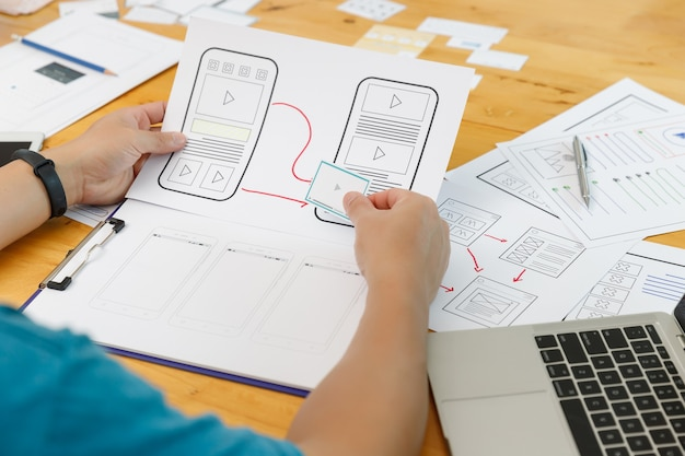 Designers gráficos trabalham juntos com ux ui