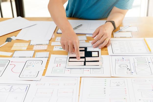 Designers gráficos trabalhando com ux ui
