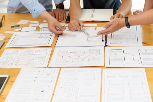 Designers gráficos trabalhando juntos com ux ui