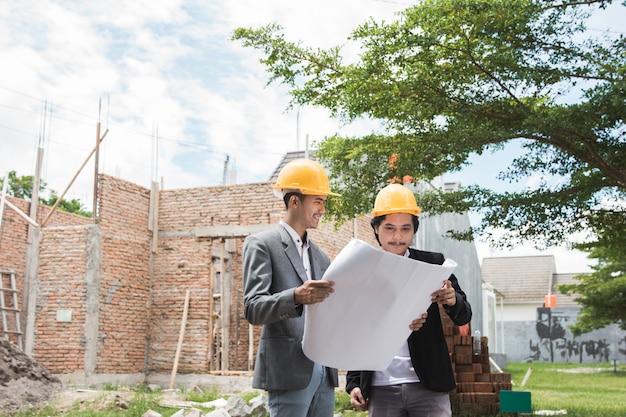 Designers que discutem o plano de construção