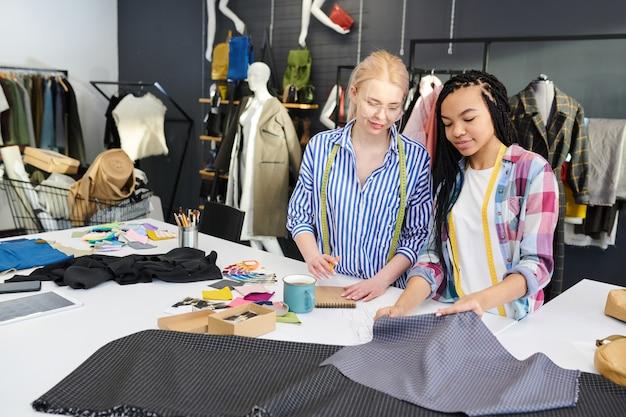 Designers que trabalham com têxteis