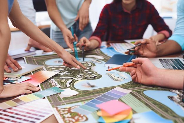 Designers que trabalham juntos em paisagismo.