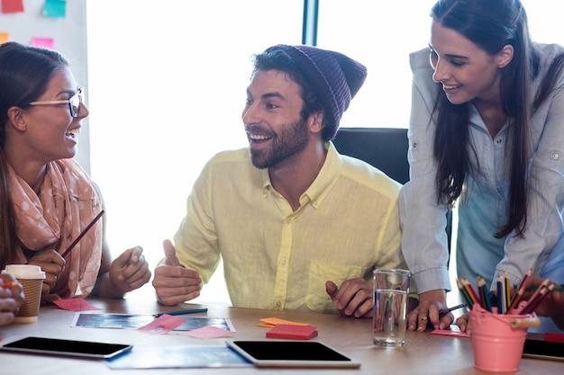 Designers sorridentes no trabalho