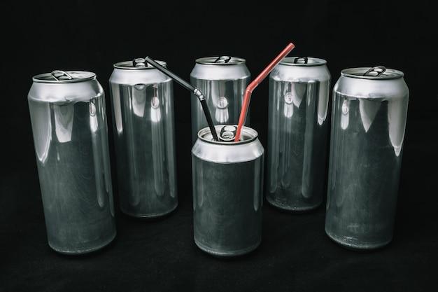 Desigualdade e injustiça grandes latas de alumínio em torno de pequenas latas conceito de chefe com guarda-costas homem principal