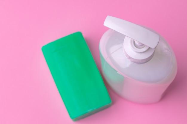 Desinfecção anti-séptica de mão, sabonete em fundo de papel rosa. fechar-se.