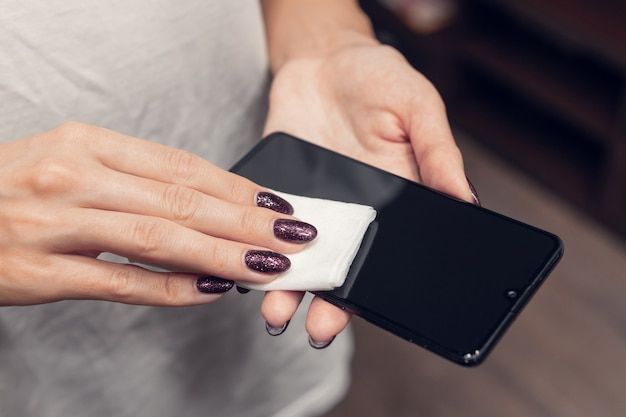Desinfecção da tela do telefone. prevenção contra bactérias e vírus