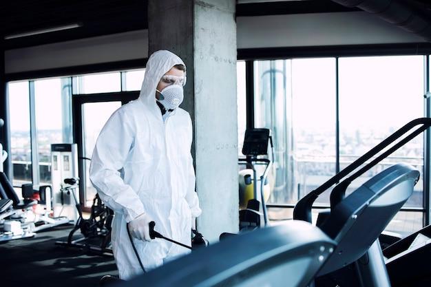 Desinfecção de equipamentos de ginástica em academia