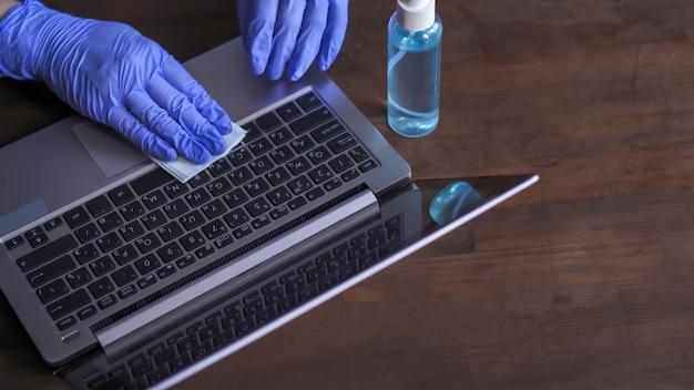 Desinfecção de um teclado de computador.