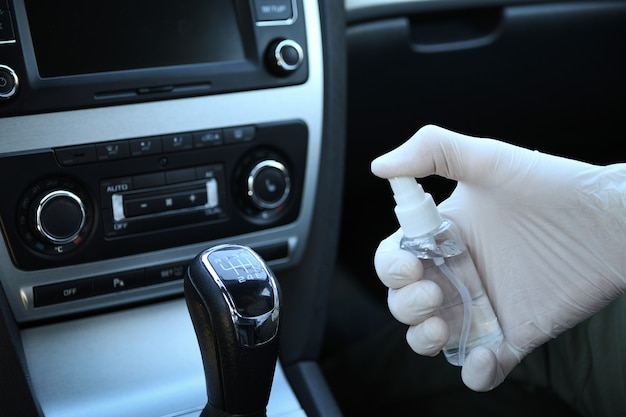 Desinfecção do interior do carro contra bactérias e várias pragas