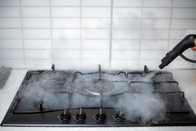 Desinfecção e higienização a vapor da casa, tratamento a vapor do fogão a gás da cozinha