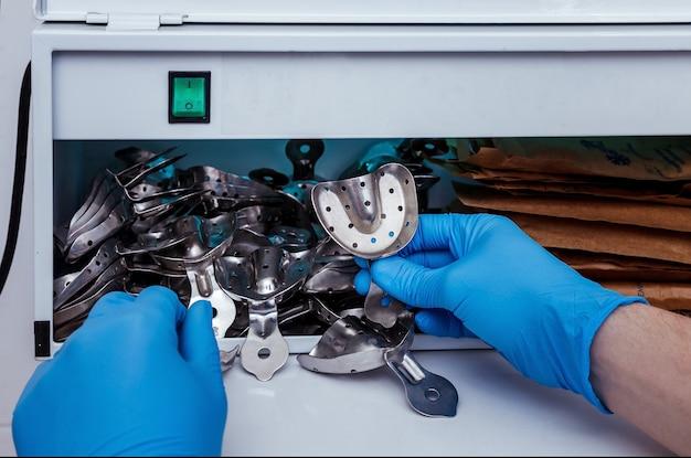 Desinfecção e tratamento estéril de instrumentos médicos no consultório odontológico
