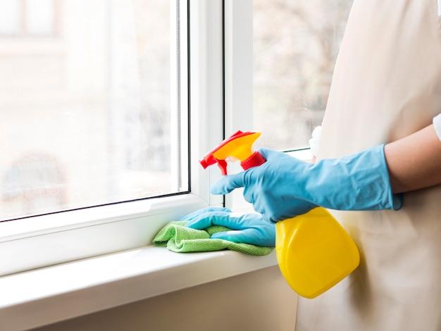 Desinfecção individual em casa com frasco de spray