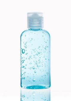Desinfetante para as mãos com álcool gel em garrafa de transporte isolado no traçado de recorte de fundo branco