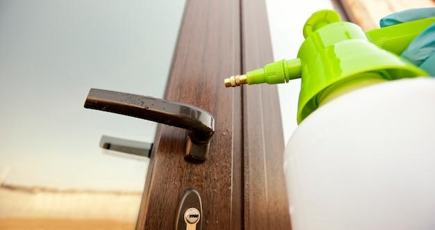 Desinfetante para as mãos em uma maçaneta da porta