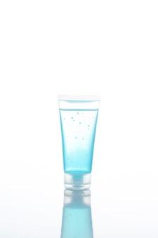 Desinfetante para as mãos limpas em gel de álcool no recipiente do tubo isolado no fundo branco