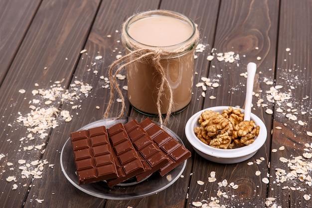 Desintoxicação coctail com noz e bar de chocolate deitar sobre a mesa