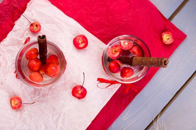 Desintoxicação de água de maçã e canela na pimenta vermelha e de madeira. vista do topo. postura plana.
