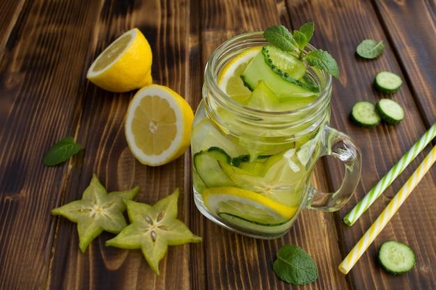 Desintoxicação ou água com infusão de pepino, carambola e limão