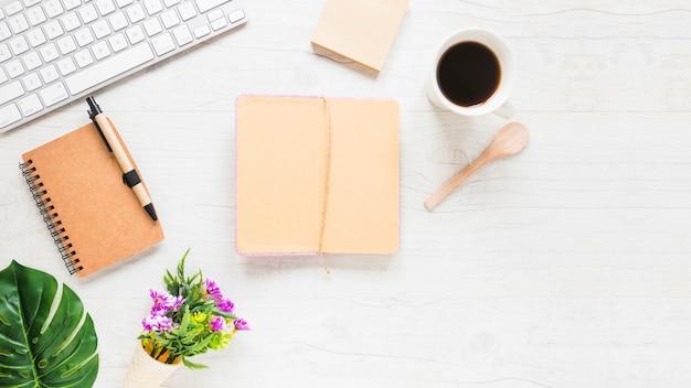 Desktop com café diário e plantas