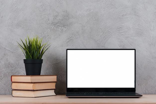 Desktop com elementos de laptop e escritório