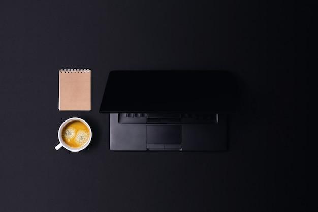 Desktop com equipamento.