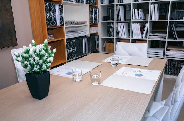 Desktop com gráfico e diagramas prontos para reunião na sede