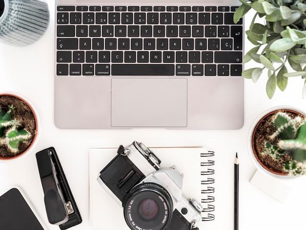 Desktop com laptop e câmera fotográfica