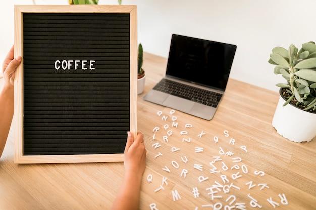Desktop com laptop e quadro de avisos
