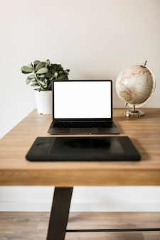 Desktop com laptop e tablet gráfico