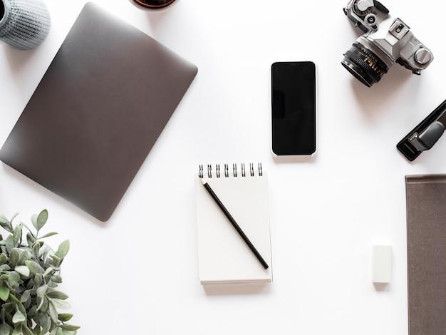 Desktop com notebook e celular